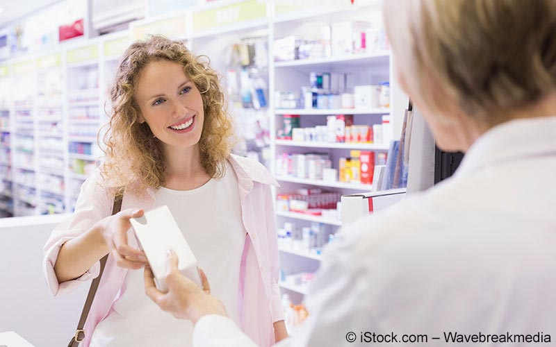 Apothekerin gibt der Patientin ihr Medikament