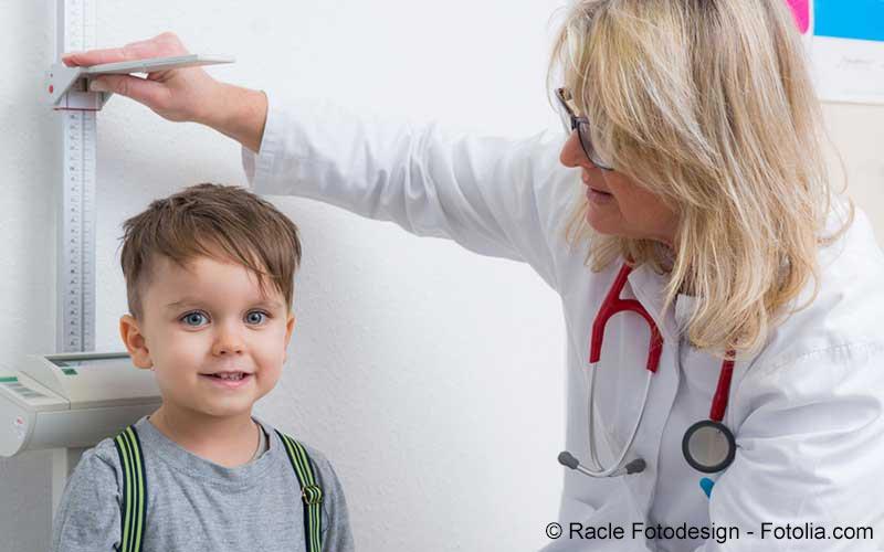 Kleinkind Untersuchung beim Arzt