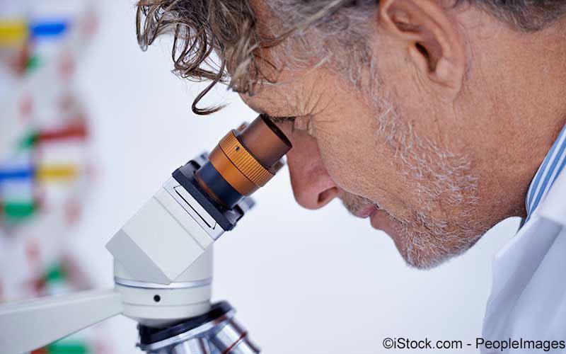 Laborant mikroskopiert