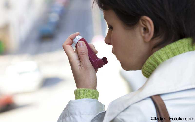 Frau mit Asthmaspray