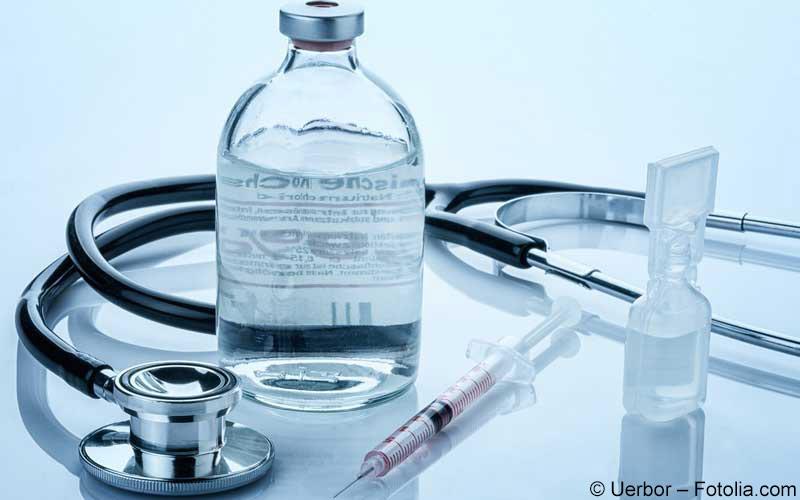 Stethoskop und Flasche mit Injektionslösung